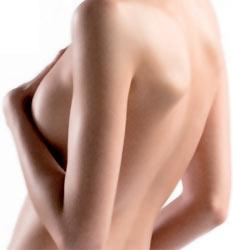 женщина с упругой грудью