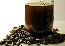кофе в кружке и молотый, фото