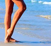 ноги на морском берегу